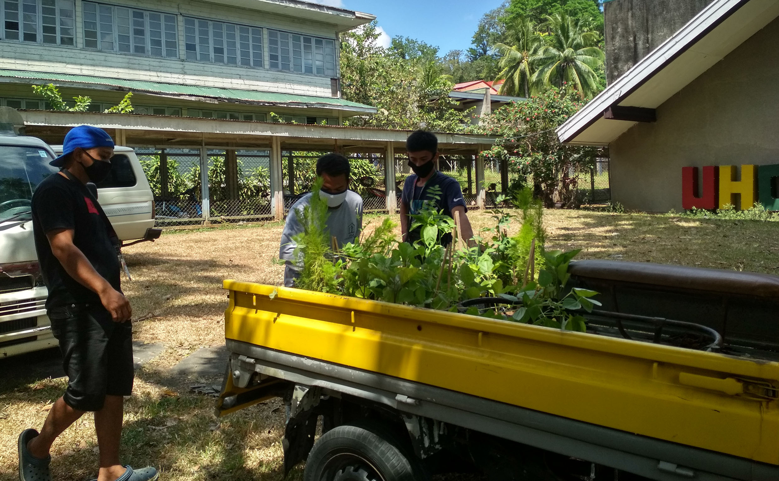 EL Team donates fresh produce, planting materials to stranded dormers